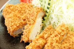 特ロース・・・食べごたえのある柔らかい厚切りロース肉の甘みと旨味をサクサクッとした食感とともに味わえます。