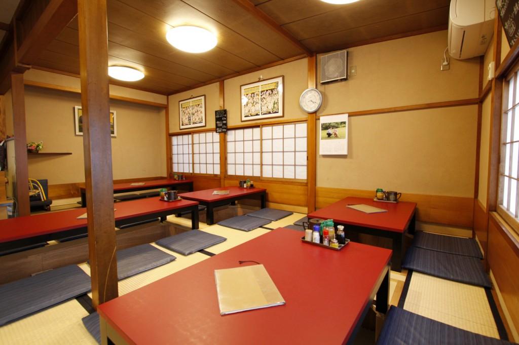 一番奥はお座敷、手前の4つのテーブルは掘りごたつに改装いたしました。